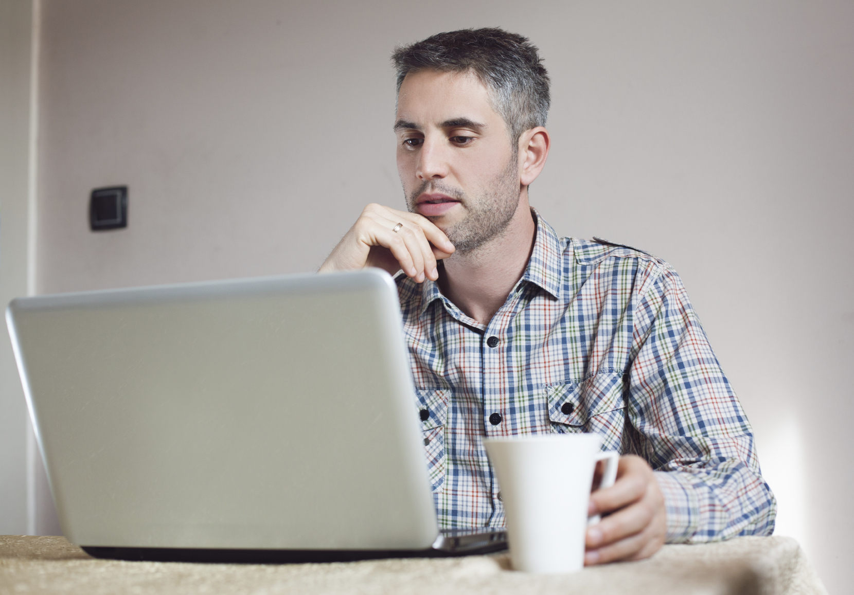 Man with laptop in the house_Medium